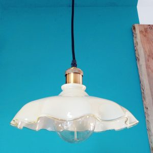suspension moderne douille brossée bronze avec son opaline beige a grande dentelle