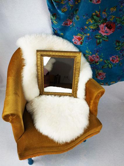miroir rectangulaire avec son cadre aux ornements dorés Style baroque
