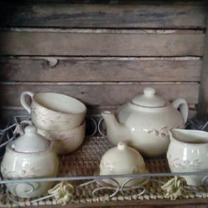 service complet à thé couleur écru vieilli : théière, 2 bols 1 sucrier 1 petit pot à lait et un petit servant de déchets avec couvercle