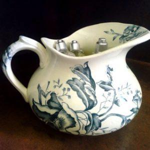 broc de toilette à eau en porcelaine ecru et dessin vieux vert de coquelicot