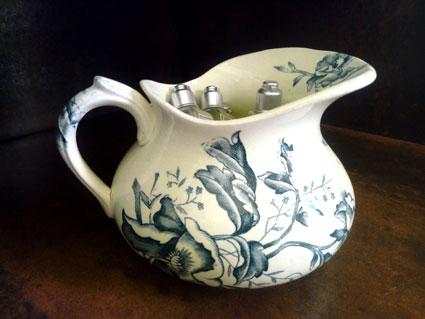 broc à eau en porcelaine ecru et dessin vieux vert de coquelicot