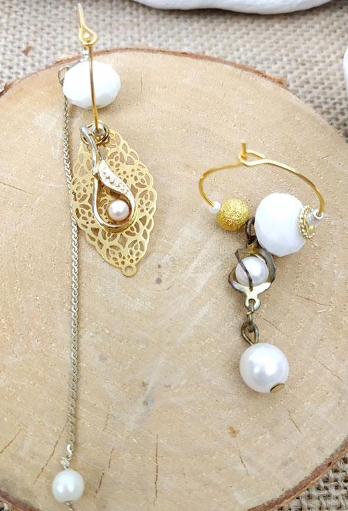 Paire de boucles d'oreilles asymétriques Vintage modèle Or et perles blanches