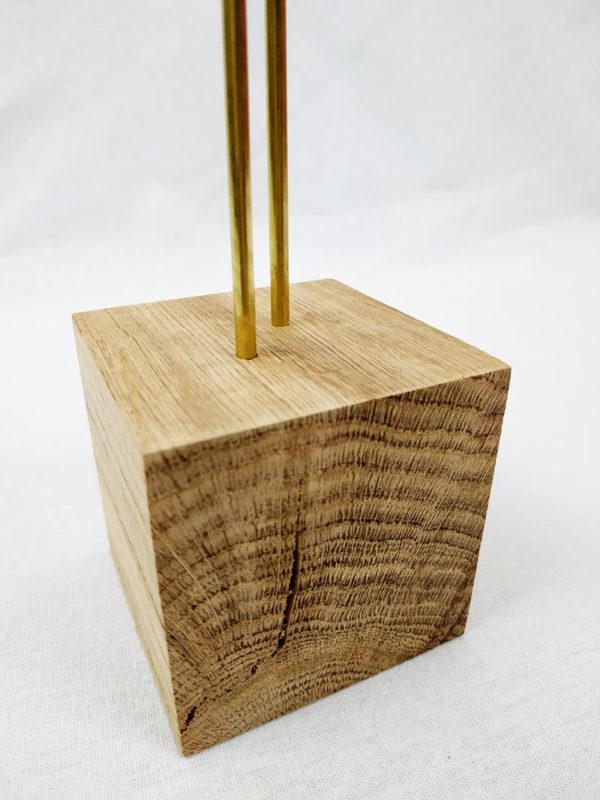 présentoir à bijoux particulièrement à boucles d'oreilles, socle en cube 7 cm x 7 cm en chêne avec 2 tiges en laiton