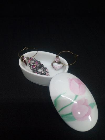 boite à bijoux en porcelaine couvercle avec des motifs à fleurs roses