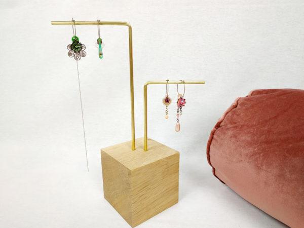 présentoir à bijoux et boucles d'oreilles avec une base socle en chêne et 2 tiges en laiton FabriQémoi