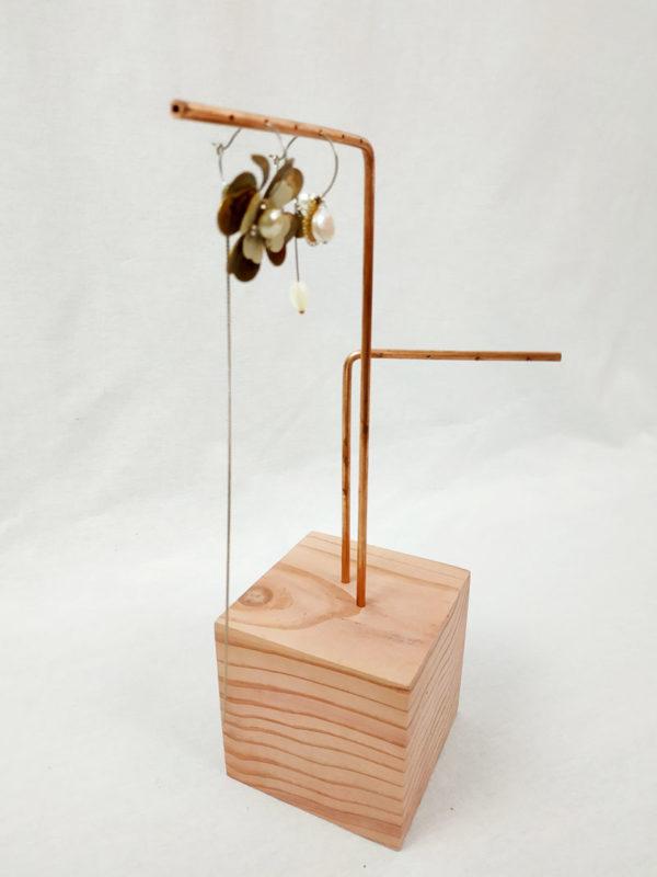 présentoir à boucles d'oreilles socle en sequoia avec 2 tiges en cuivre