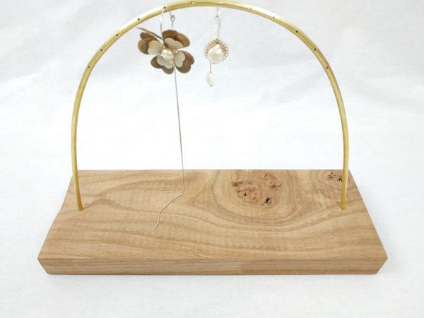 présentoir à boucles d'oreilles socle rectangle en orme et tige laiton demi cercle avec petits trous