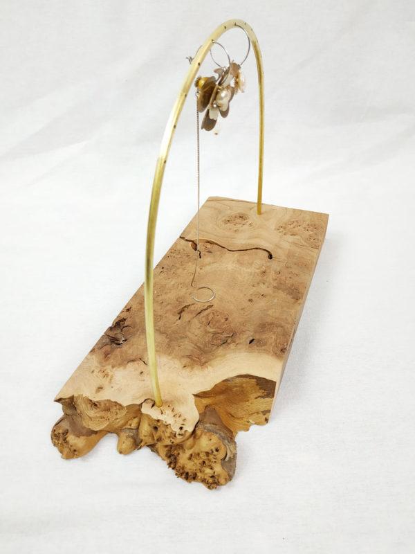 présentoir à boucles d'oreilles socle en bois d'orme et sa tige demi cercle en laiton