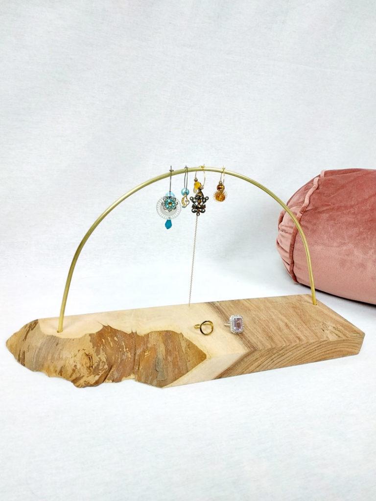 porte boucles d'oreilles en bois d'orme naturelle de 36 cm par 10 cm et sa tige en laiton forme demi cercle