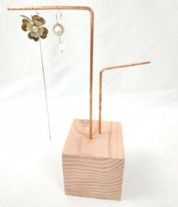 présentoir à boucles d'oreilles socle carré en sequoia rose 9x9 cm et 2 tiges en cuivre
