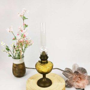 Lampe à pétrole Gaudard verre ambre et pied en laiton massif