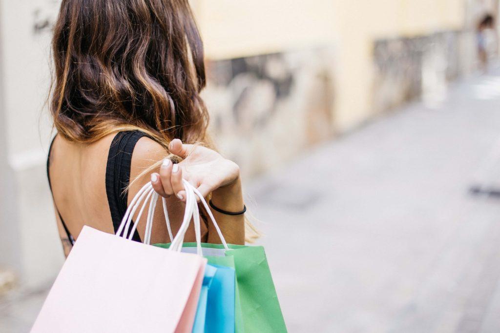 Femme qui porte des sacs de shopping