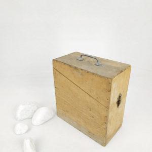 boite de rangement verticale en bois avec couvercle fermoir et poignée pour être transportable de FabriQémoi