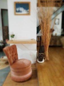l'alliance d'un bureau tendance avec un fauteuil vintage de FabriQémoi