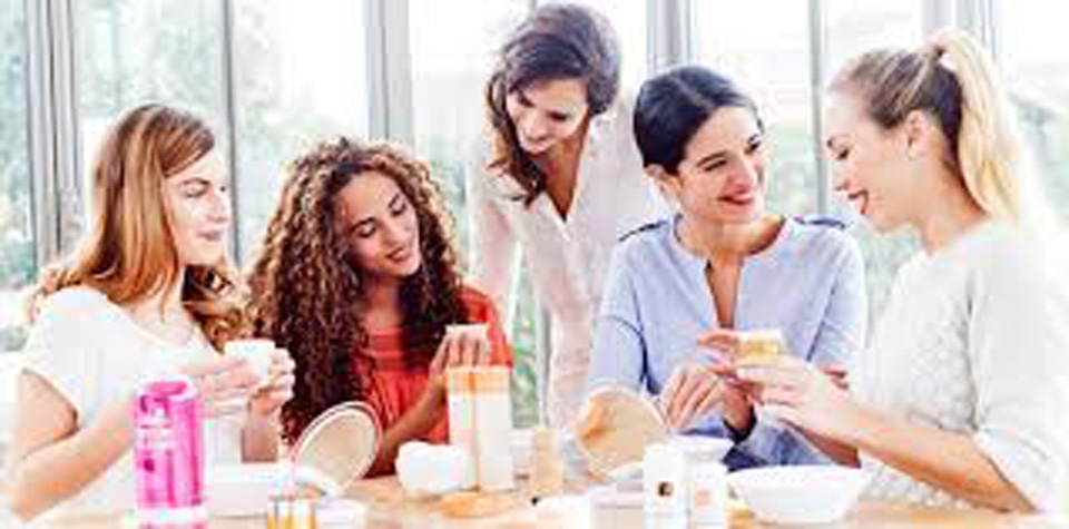 groupe d'amies autour d'une vente privée FabriQémoi
