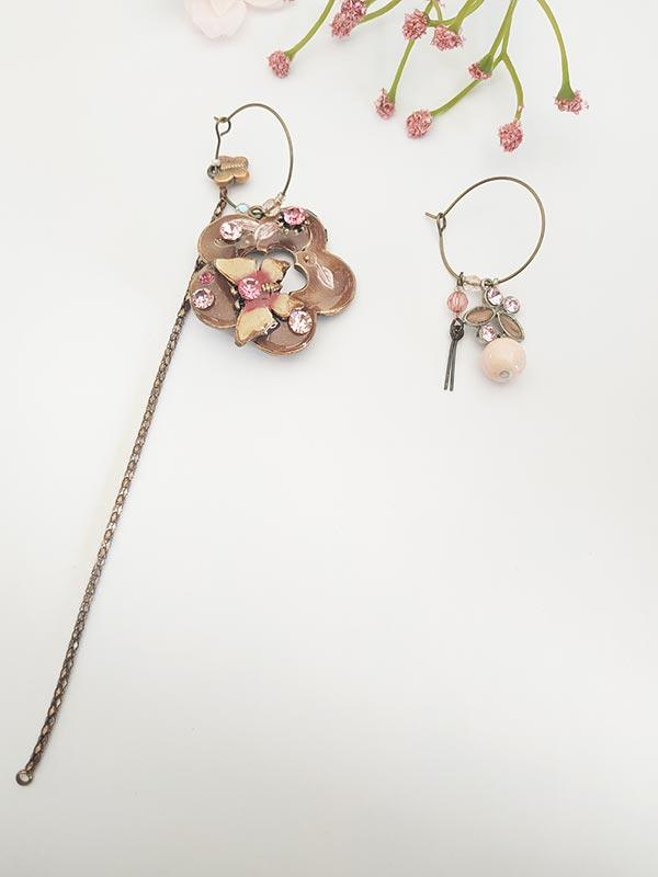Boucles d'oreilles asymétriques vintage en forme de pendentif de fleur nacrée et son papillon de FabriQémoi