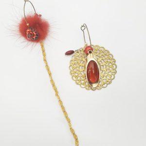 Boucles d'oreilles asymétriques vintage réalisé à partir de bijoux anciens style pompon rouge de FabriQémoi