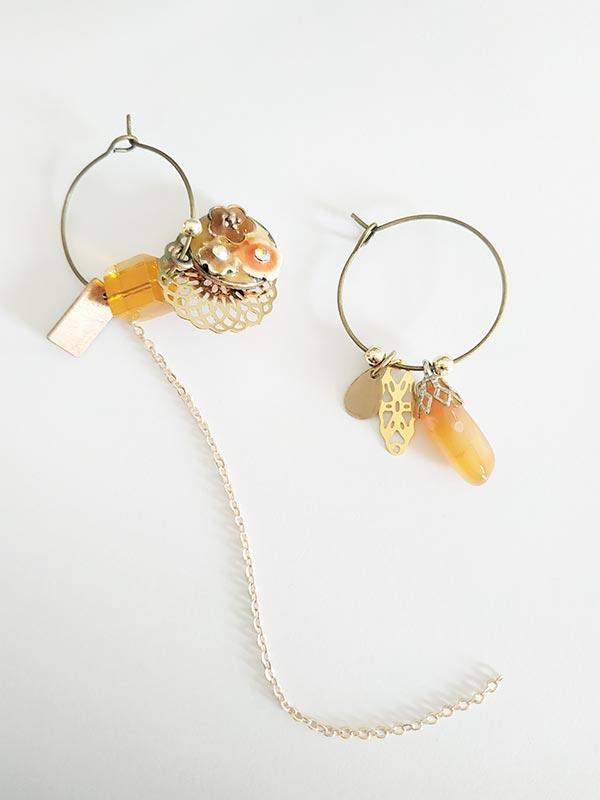 Boucles d'oreilles bijoux vintage asymétriques estampes et perle couleur ocre de FabriQémoi