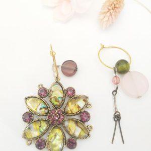 Boucles d'oreilles asymétrique vintage pendentif breloque perle violette et ocre de FabriQémoi