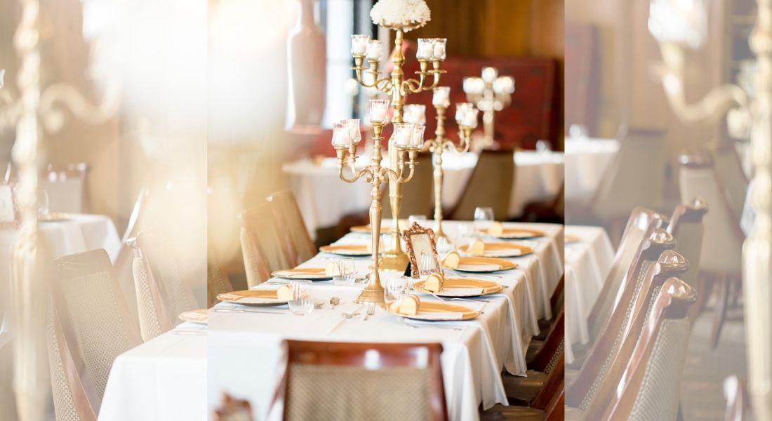 location-de-vaisselle-vintage-table-de-reception-deco-chandelier-assiette-nappe-fabriqemoi