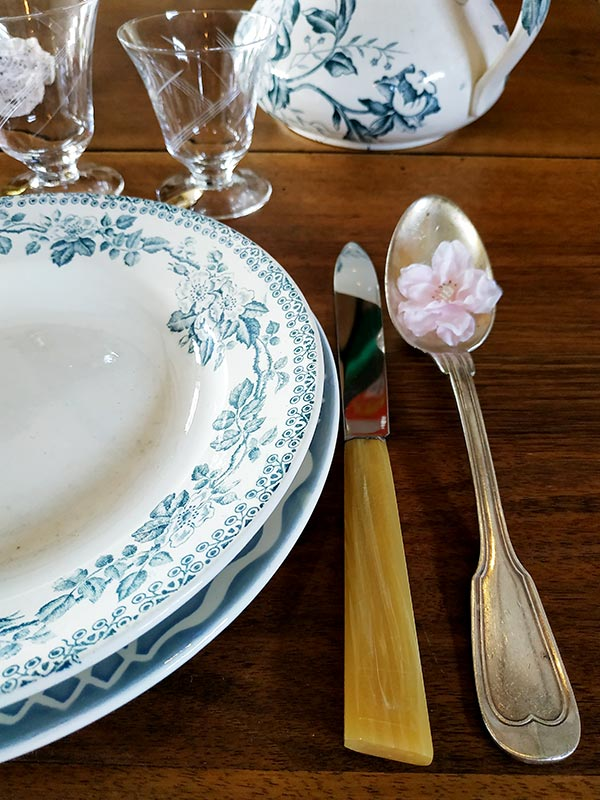 vaisselle-ancienne-argenterie-cristal-assiette-porcelaine-présentation-de-table-fabriqemoi