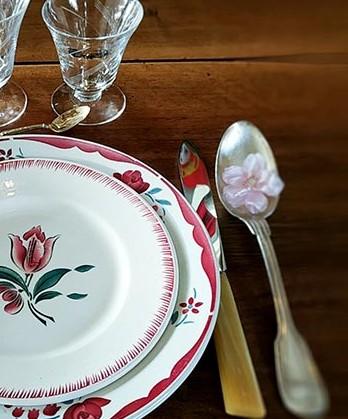 vaisselle-ancienne-argenterie-cristal-assiette-porcelaine-presentation-de-table-fleuri-fabriqemoi