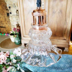 Suspension cuivrée glacé et sa petite opaline tulipe transparent à motifs en relief de FabriQémoi