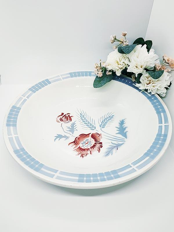 Plat creux de Sarguemine Carole aux motifs fleuris bordeaux et gris bleus de FabriQémoi