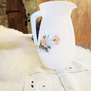 Pichet en arcopal blanc aux motifs de fleurs de roses de FabriQémoi