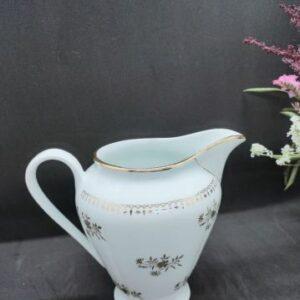 Pot à lait en porcelaine Française blanc et fleurs dorées