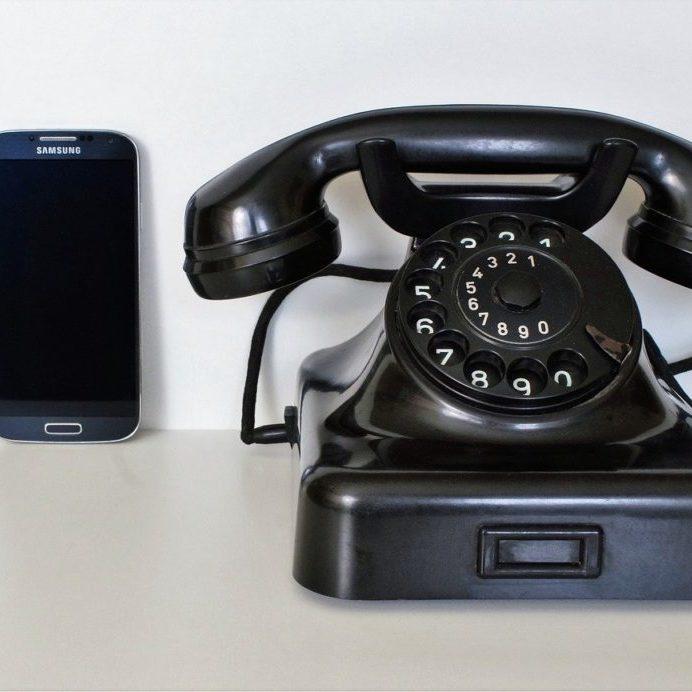 telephone retro et portable noire